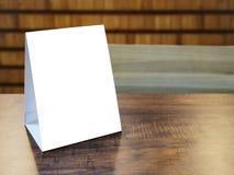 Verspotten Sie herauf Menü-Feldschablone auf Tabelle im Restaurantcafé Stockbilder