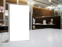Verspotten Sie herauf Menürahmen auf Tabelle im Caférestaurant Lizenzfreies Stockfoto