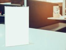 Verspotten Sie herauf Menürahmen auf Tabelle im Caférestaurant Stockfotografie