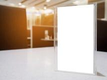 Verspotten Sie herauf Menürahmen auf Tabelle im Caférestaurant Stockfoto