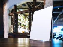Verspotten Sie herauf Menürahmen auf Tabelle im Bar-Restaurantcafé Lizenzfreie Stockfotografie