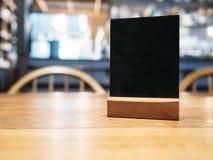 Verspotten Sie herauf Menürahmen auf Tabelle im Restaurant-Café-Hintergrund Stockfoto