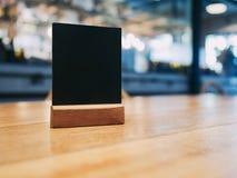 Verspotten Sie herauf Menürahmen auf Tabelle im Restaurantcafé Lizenzfreie Stockbilder
