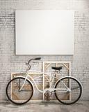 Verspotten Sie herauf Plakat im Dachbodeninnenraum mit Fahrrad, Hintergrund Stockfotografie