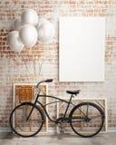 Verspotten Sie herauf Plakat mit Fahrrad und Ballonen im Dachbodeninnenraum Lizenzfreie Stockfotos