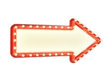 Verspotten Sie herauf rotes Marquepfeilzeichen mit Leerstelle und den Glühlampen, lokalisiert auf weißem Hintergrund Lizenzfreies Stockfoto