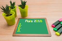 Verspotten Sie oben, auf hölzernem Markierungshintergrund und Hintergrund für Einfügung, Pläne 2018 stockfoto