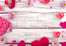 Verspotten Sie oben mit Kerzen, Blumen und Herzen auf weißem rustikalem hölzernem Lizenzfreies Stockbild