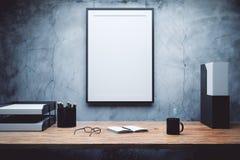 Verspotten Sie oben vom leeren Bilderrahmen auf dem Schreibtisch Lizenzfreie Stockfotografie