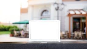 Verspotten Sie oben vom modernen Computer oder vom Laptop mit unscharfem abstraktem Hintergrund Cafés des im Freien in Venedig, I stockfotografie