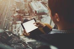 Verspotten Sie oben von der digitalen Tablette in Mann ` s Händen lizenzfreie stockfotos