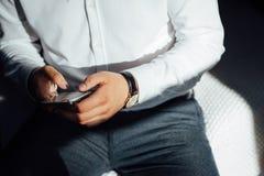 Verspotten Sie oben von einem Mannholdinggerät und von einem Touch Screen Über Weiß lizenzfreie stockfotografie