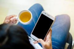 Verspotten Sie oben von einem Mannholdinggerät und von einem Touch Screen lizenzfreie stockfotos