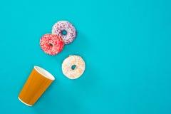Verspreid donuts met diverse glans zoete donuts op blauw Zoete achtergrond van donuts Stock Afbeeldingen