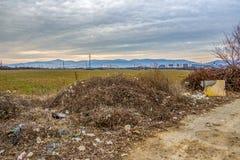 Verspreid huisvuil bij een Bulgaars trekkracht-over--gebied royalty-vrije stock fotografie