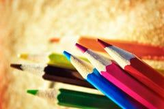 Verspreid op het strand in het zand kleurde houten potloden voor Dr. Stock Foto