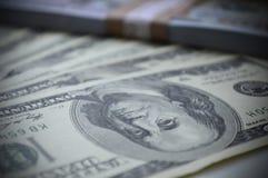 Verspreide bankbiljetten van 100 Amerikaanse dollars Stock Afbeeldingen