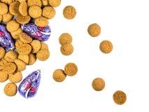 Verspreide bos van Pepernoten-koekjes en chocolademuizen Stock Afbeeldingen