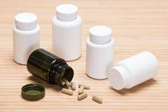 Verspreide capsules met plastic kruiken Royalty-vrije Stock Afbeelding