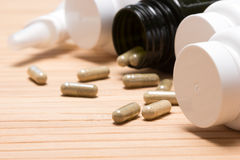 Verspreide capsules met plastic kruiken Royalty-vrije Stock Foto