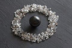 Verspreide diamanten op een zwarte achtergrond Ruwe diamanten en mijnbouw, het verspreiden zich van natuurlijke diamantstenen Gra stock fotografie