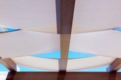 Verspreide die dakgazebos van textiel op houten dak wordt uitgerekt royalty-vrije stock foto