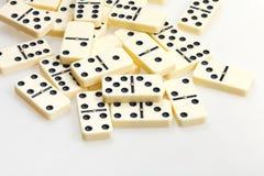 Verspreide domino's op witte dichte omhooggaand Stock Foto