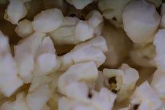 Verspreide gezouten popcorn, de achtergrond van de voedseltextuur Fastfood populair tijdens een film in een bioskoop Popcorntextu royalty-vrije stock foto's