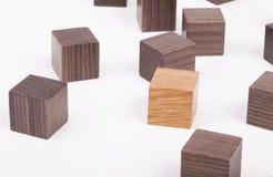Verspreide houten kubussen Stock Afbeeldingen