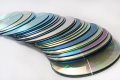 Verspreide oude compact-discs op een witte achtergrond royalty-vrije stock afbeelding