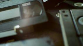 Verspreide oude VHS-banden stock video