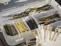 Verspreide spelden op een werkplaats van de kapper stock afbeeldingen