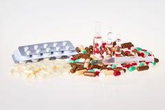 Verspreide supplementen op een witte lijst stock afbeeldingen