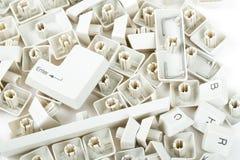 Verspreide toetsenbordsleutels op wit Stock Foto's