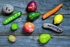 Verspreide vruchten en groenten Stock Afbeeldingen