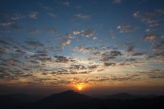 Verspreide wolkenhemel en zonsopgang Royalty-vrije Stock Foto's