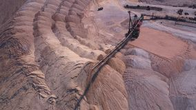 Verspreider tijdens het werk Vervoer van een lege rots aan een stortplaats stock footage
