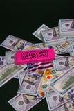 Verspreiding honderd dollarsrekeningen op een zwarte achtergrond met een gom en creditcards op bovenkant stock fotografie