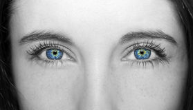 Verständnisvolle Frauen der blauen Augen des Blickes Stockfotografie