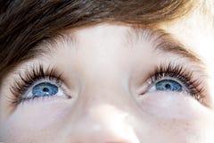 Verständnisvoller Junge der blauen Augen des Blickes lizenzfreie stockfotos