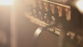 Verstärker mit E-Gitarre stock footage