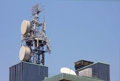 Verstärker und Antennen auf dem Himmel stockbilder