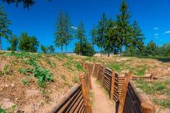Verstärkter Graben auf dem Gebiet für Gefechtshandlungen Lizenzfreie Stockfotos