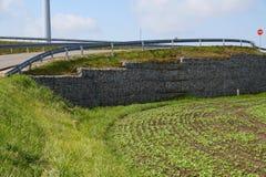 Verstärkung der steilen Steigung Ein Fragment der Stützmauer lizenzfreies stockfoto