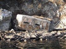 Verstärkung, Pillenschachtel in den Felsen auf der Seeküste stockbilder