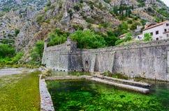 Verstärkungs-Bastion Riva nahe Fluss Shkurda, alte Stadt, Kotor, Stockbild