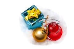 Versteck, glänzende Perlen, rote Glocke Lizenzfreie Stockfotografie