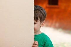 Verstecken des kleinen Jungen Lizenzfreie Stockfotos