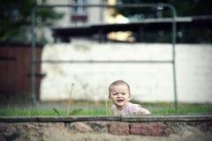 Verstecken des kleinen Mädchens Lizenzfreie Stockfotos