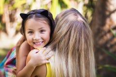 Verstecken des kleinen Mädchens Stockfotos
